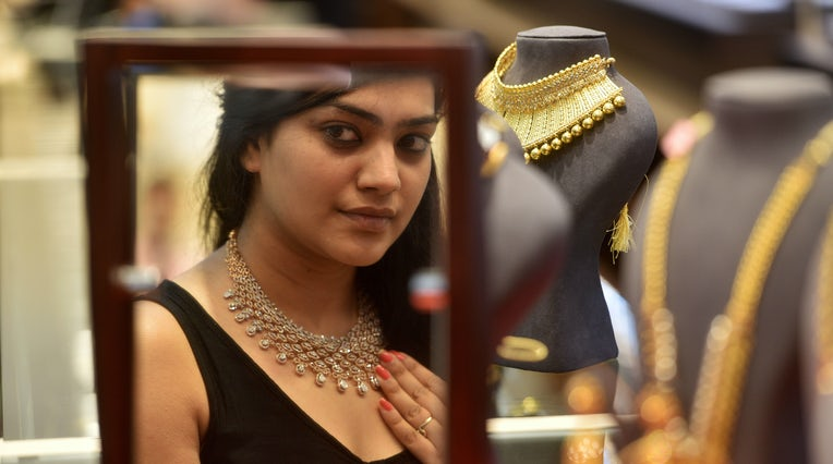 在印度孟买的Kalyan Jewelers上,一位妇女买珠宝的Akshaya Tritiya。 盖蒂图片社。