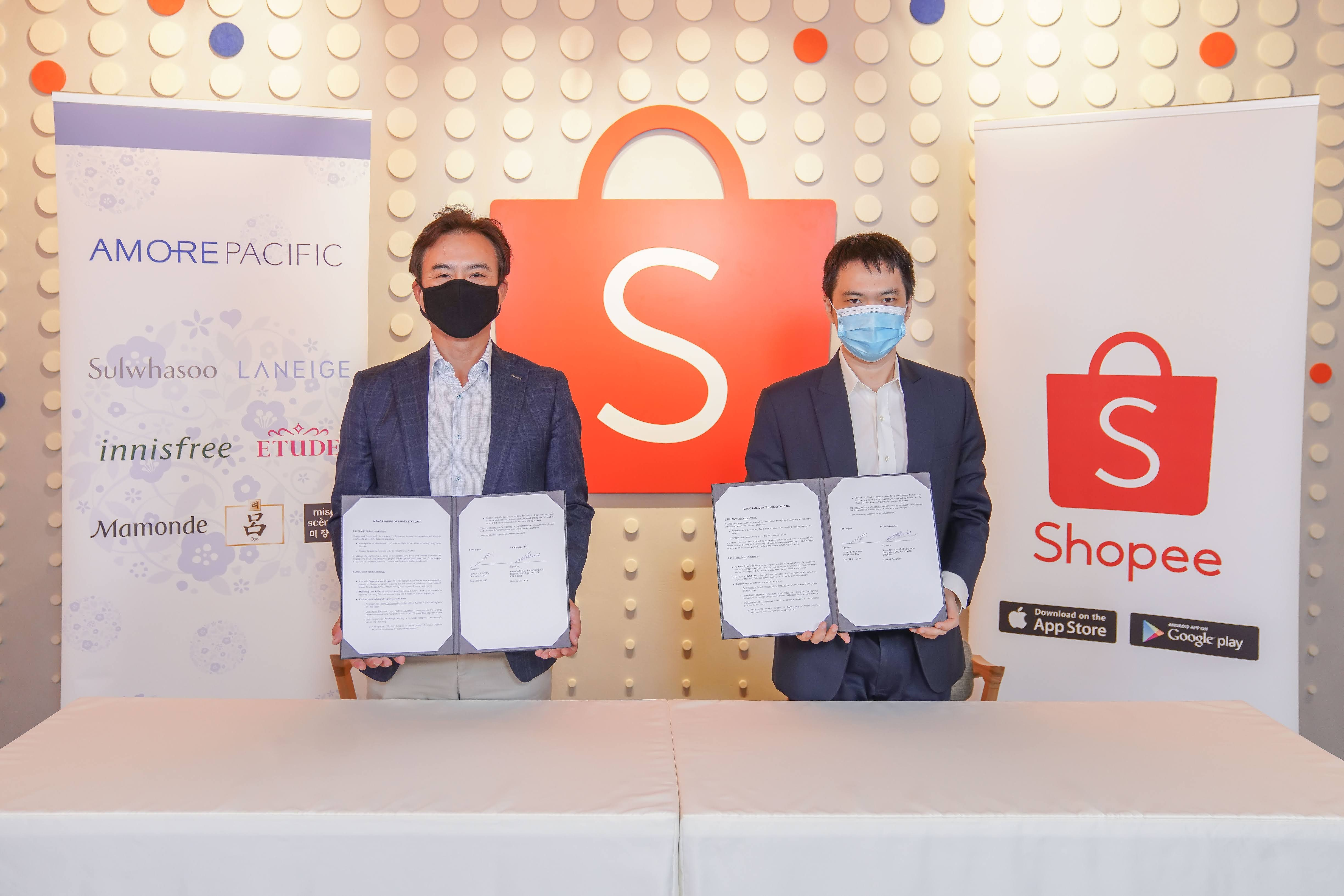 Michael Youngsoo Kim, Head of Amorepacific APAC Regional Headquarters and Mr Chris Feng, Chief Executive Officer, Shopee, signing the MOU at Shopee's Regional Headquarters in Singapore. Shopee.