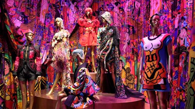 动力博物馆展览,展出澳大利亚设计师珍妮·基 (Jenny Kee) 和琳达·杰克逊 (Linda Jackson) 的作品。 上图