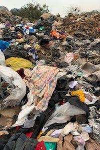 服装废物安装在kpone垃圾填埋场在阿克拉,加纳。MaxineBédat。