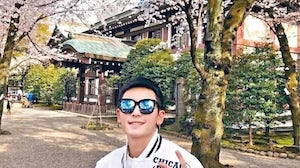 Photos of Zhang Zhehan in front of the shrine, taken in 2018, have stirred controversy. Weibo