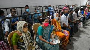 人们在孟买的疫苗接种设施中对Covid-19冠状病毒进行了攻击的Covishield疫苗。盖蒂图像。