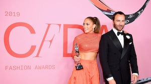 Jennifer Lopez poses with the Fashion Icon Award and Tom Ford | Source: Getty Images