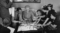 Vogue主编Edna Woolman Chase在1937年与她的团队讨论巴黎时装秀。盖蒂图像。