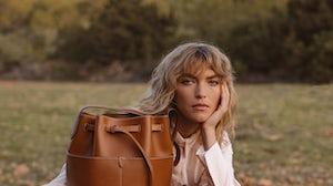 回归自然。Anya Hindmarch背包。
