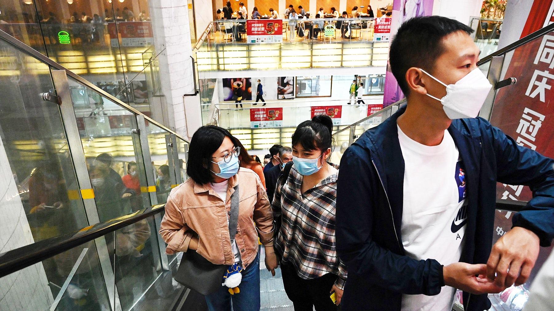 2021年10月2日,国庆黄金周期间,购物者在购物中心乘坐自动扶梯。盖蒂图片社。