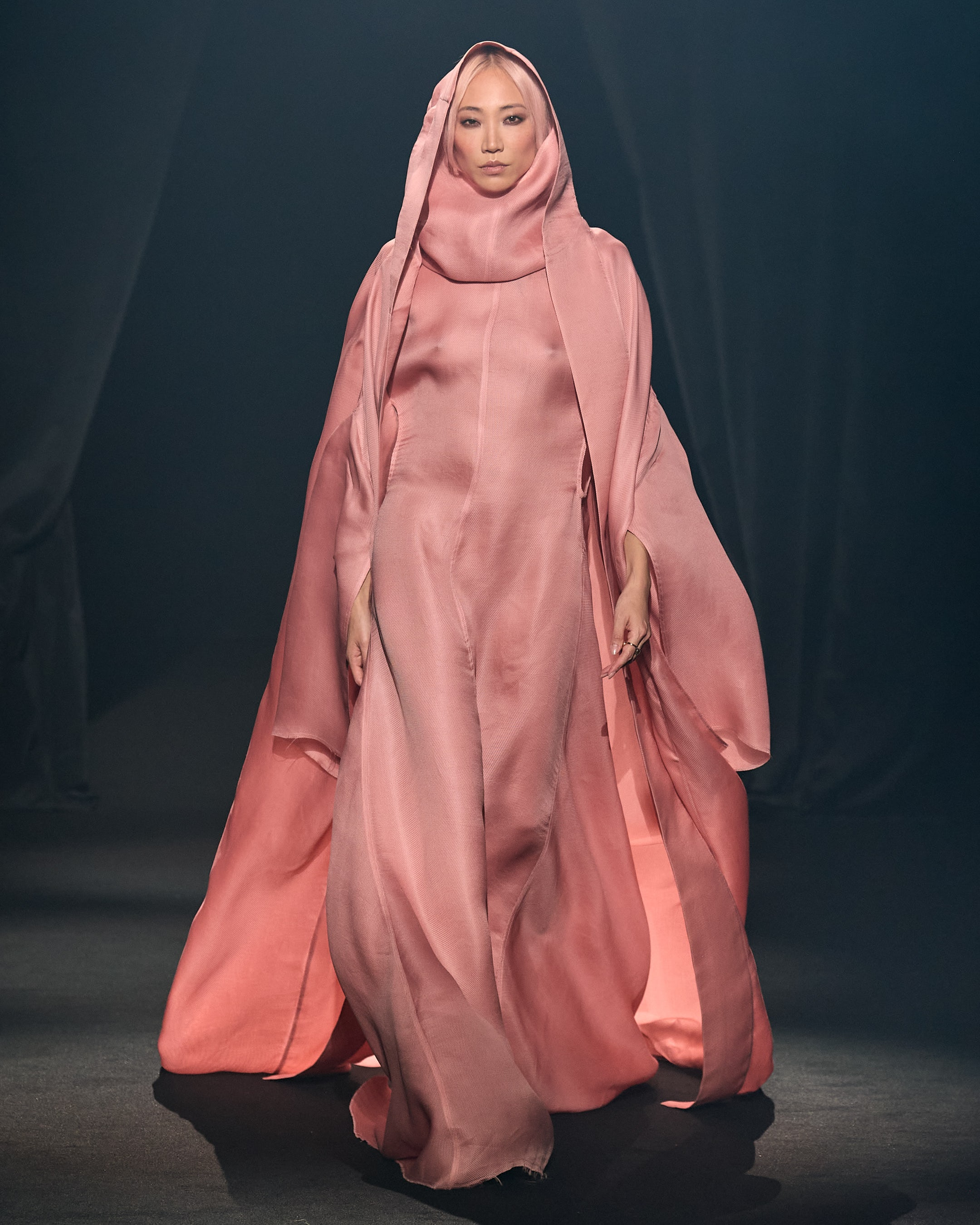 作为巴黎时装周的一部分,阿尔伯·埃尔巴兹致敬秀期间,一名模特穿着里克·欧文斯的造型走在T台上。礼貌亚博账号忘记了怎么办