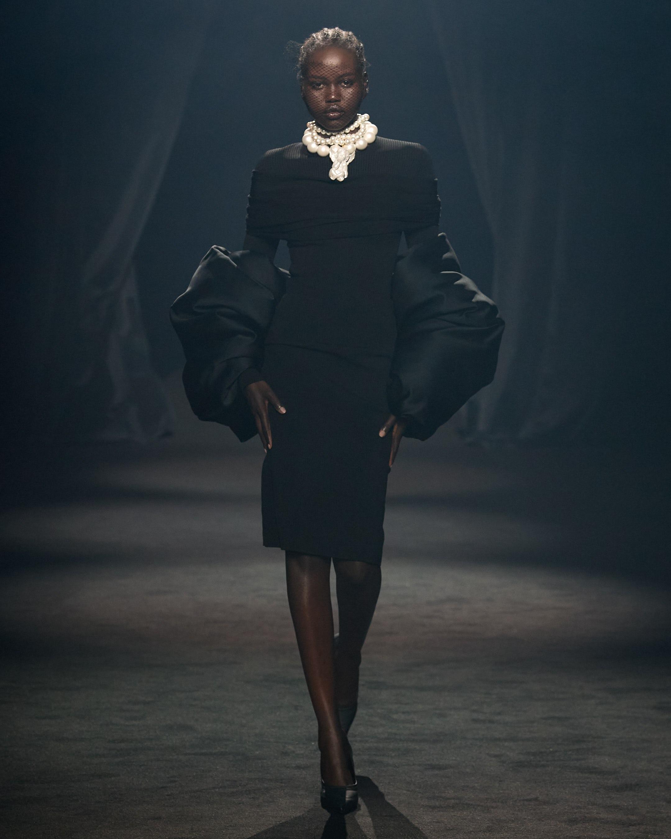 作为巴黎时装周的一部分,阿杜特·阿克奇在阿尔伯·埃尔巴兹致敬展上以AZ工厂的造型走在T台上。礼貌亚博账号忘记了怎么办