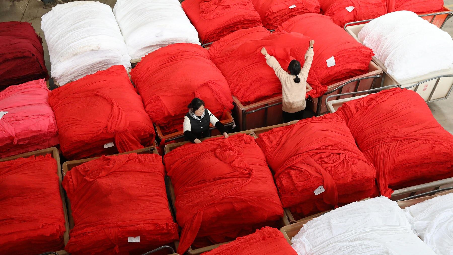 在江苏,浙江和广东这样的工业中心计划停工可以在未来几周内汇集纺织品和服装价格。盖蒂图像。