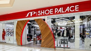 Shoe Palace storefront in the mall in Tampa, Florida | Source: Shutterstock