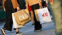 在英国伦敦,人们拎着Zara和H&M的包。盖蒂图片社。