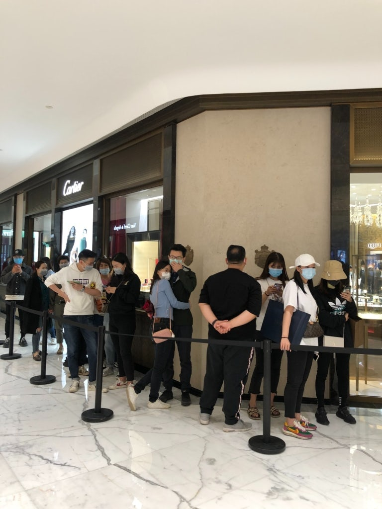 Lines formed outside high end jewellers at Beijing\'s SKP shopping mall in response to its anniversary promotions | Source: WeChat