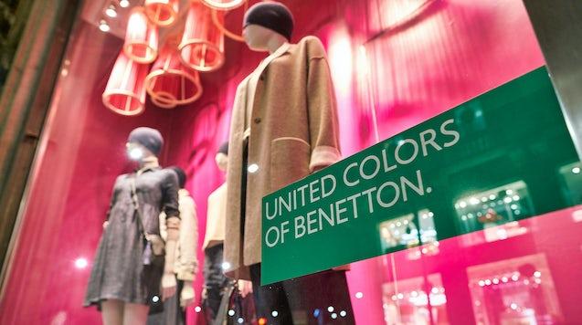 贝纳通商店的 United Colors。 上图。