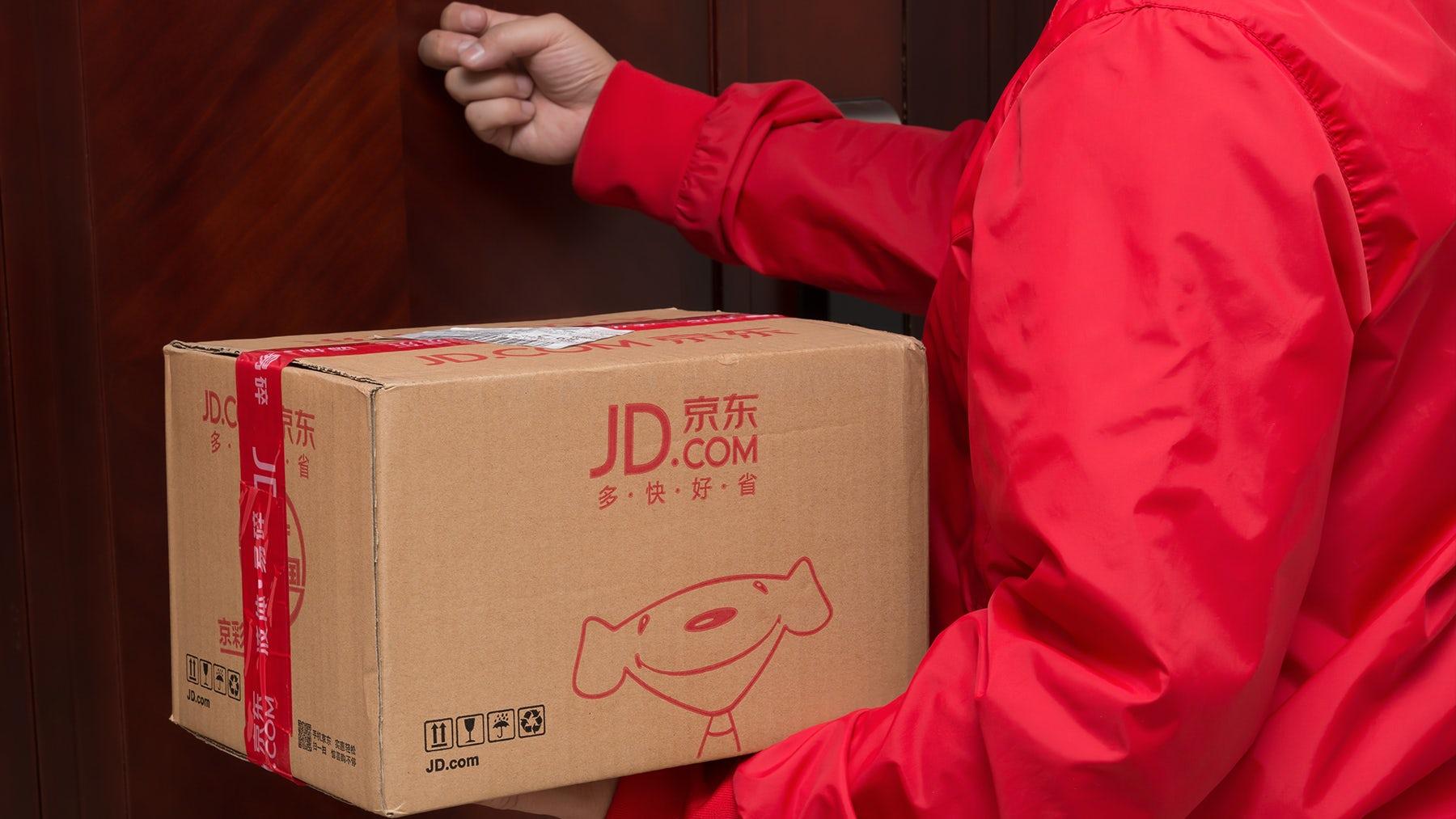 来自JD.com的快递送一个包裹。在上面。
