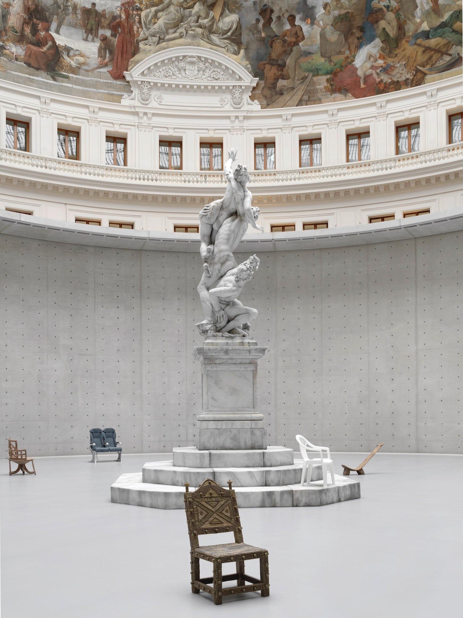 《无题》(2011)是艺术家乌尔斯·费舍尔的雕塑作品。由艺术家和商业-皮诺收藏公司提供。