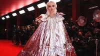 巴黎世家2022春夏系列中,一名模特走在红地毯上。巴黎世家提供的德国拉金。