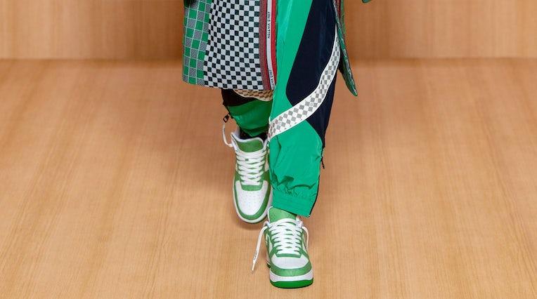 路易威登 2022 年春季男装系列,以该品牌的 Nike Air Force 1 合作款为特色。 路易威登。