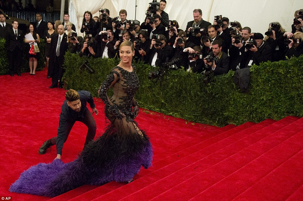 Beyonce Knowles makes her way up the Met Ball red carpet | Source: AP