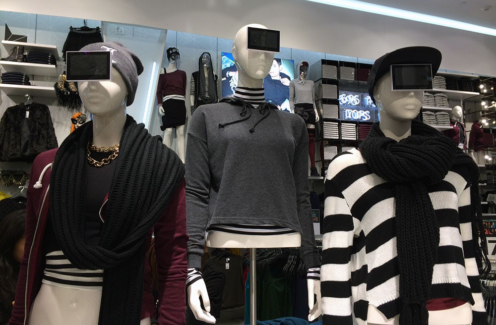Blank displays atop mannequins at H&M in Times Square | Photo: Rachel Arthur for fashionandmash.com