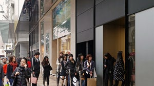Mainland tourists queue outside a luxury boutique in Hong Kong | Source: Flickr