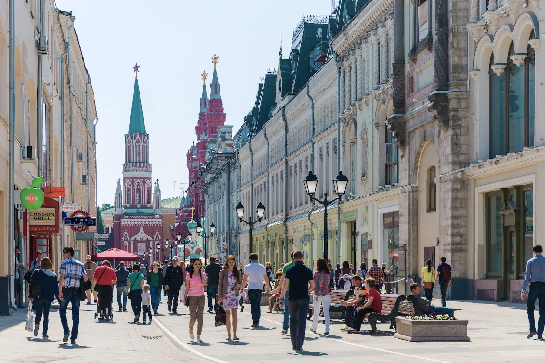 Shoppers on Nikolskaya Street, Moscow | Source: Shutterstock