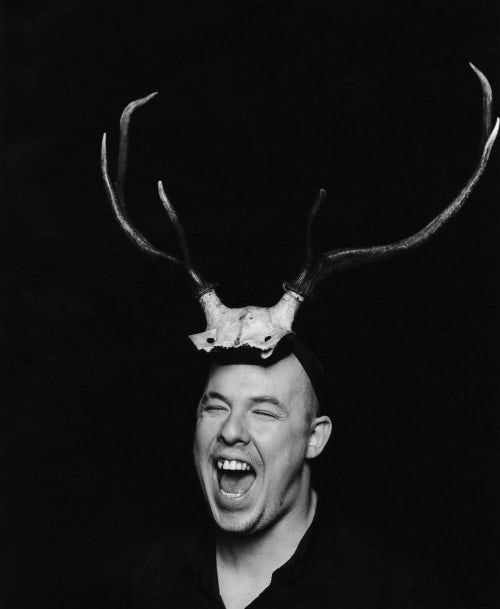 Portrait of Alexander McQueen in 1997 | Photo: Marc Hom