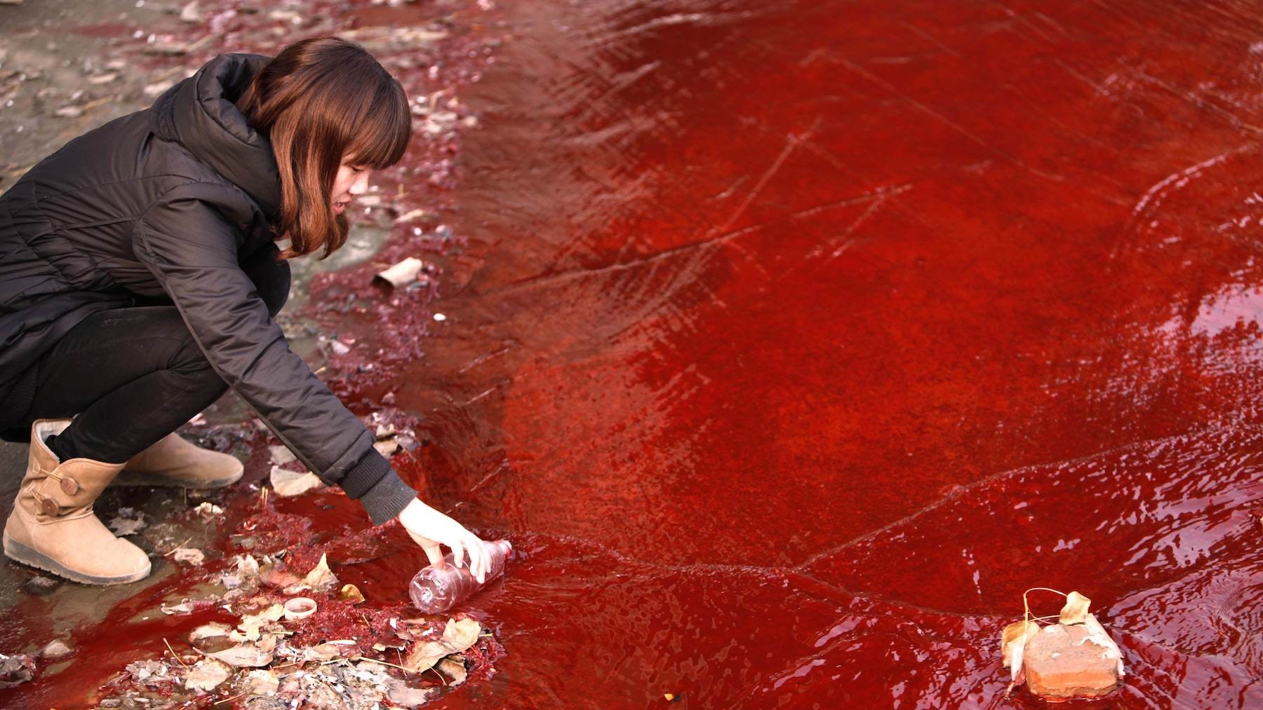China's Luoyang¡¯s Jian River becomes contaminated with dye from discharge of untreated wastewater into storm water pipes | Source: Natural Resources Defense Council/Zhang Xiaoli/ChinaFotoPress