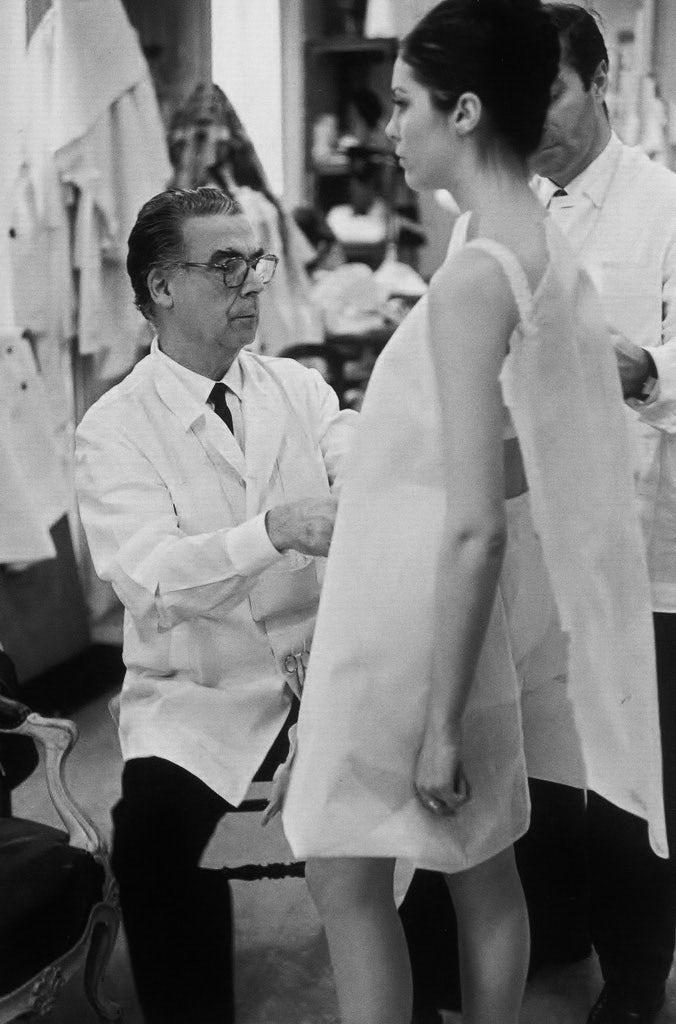 Cristobal Balenciaga fitting a mannequin in Paris (1968) | Photo: Henri Cartier-Bresson