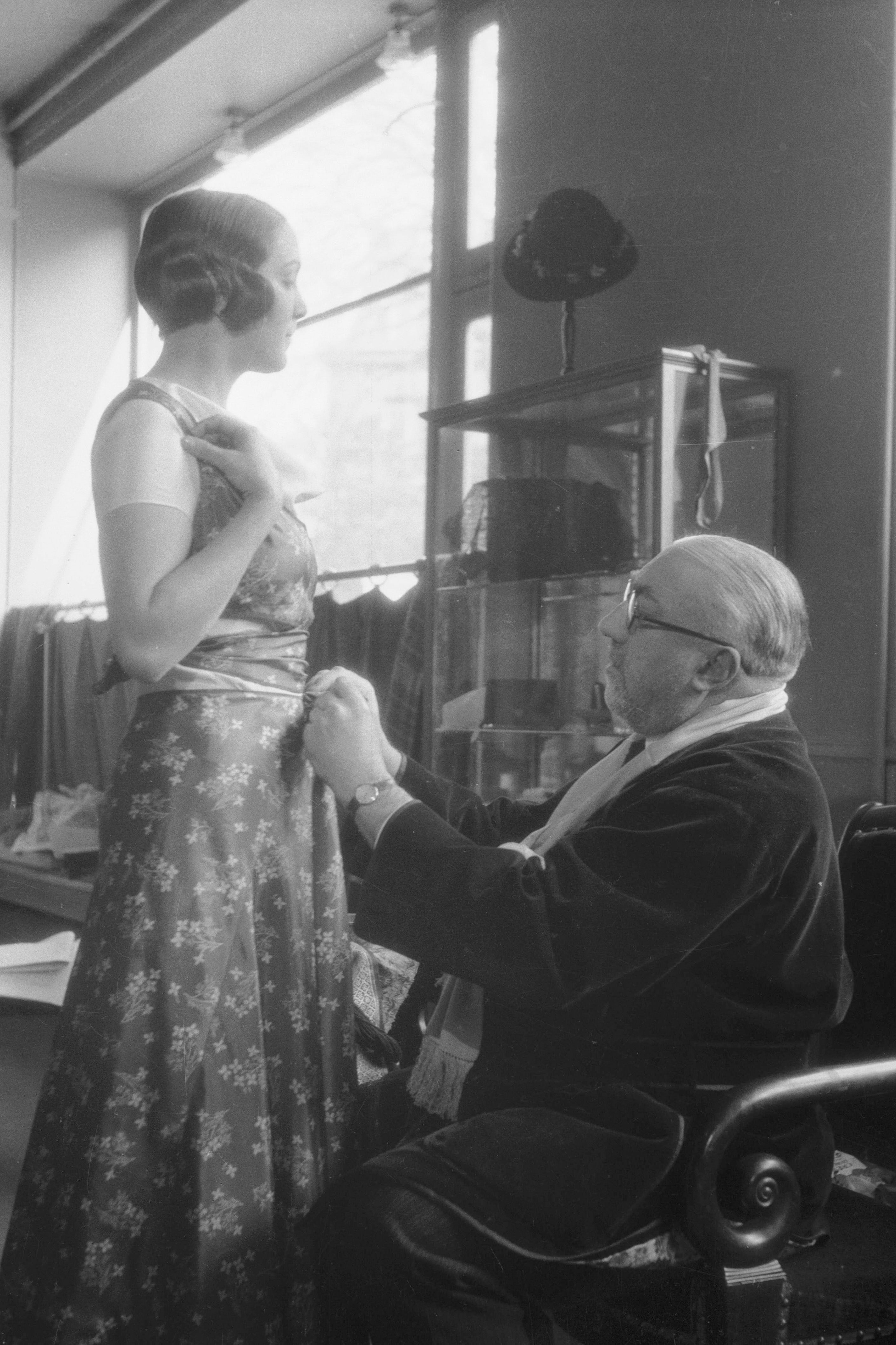 Paul Poiret (1879-1944), fitting with a model | Source: Getty