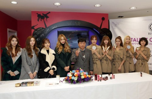 Talent Cosmetic CEO Kang Sung-jin and K-pop bands Bestie and LPG | Source: Talent Cosmetic