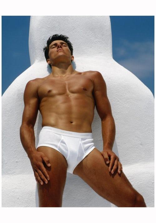 Bruce Weber拍摄的Tom Hintnaus身穿Calvin Klein内裤广告   图片来源:Calvin Klein