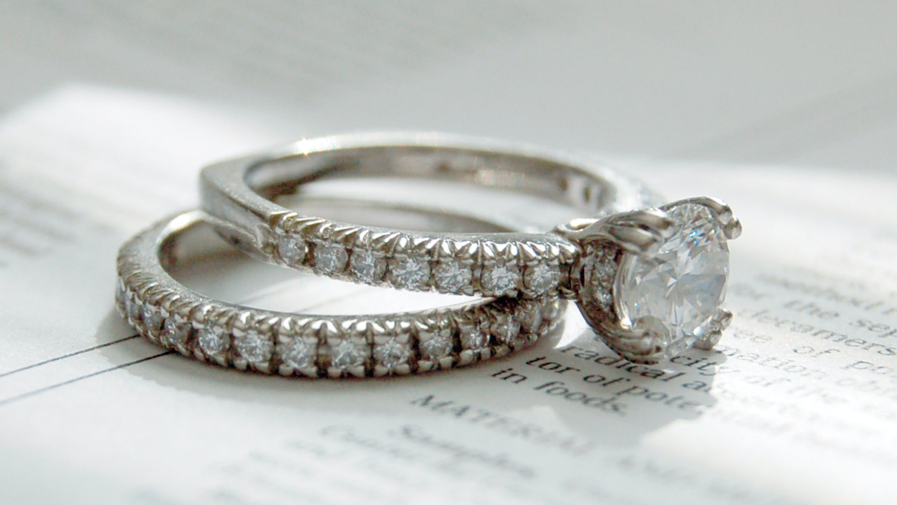 Platinum diamond rings by Diana Classic | Source: Wikimedia Commons