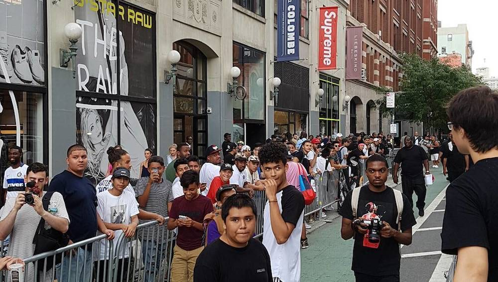 People queue for the latest product 'drop' outside the Supreme store in New York| Source: Instagram/@beatthemeattt