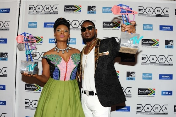 Yemi Alade and D'Banj with their awards at the MTV Africa Music Awards 2015 | Source: Getty