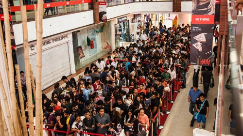 Crowds in New Delhi at the opening of H&M's first store in India | Source: Courtesy
