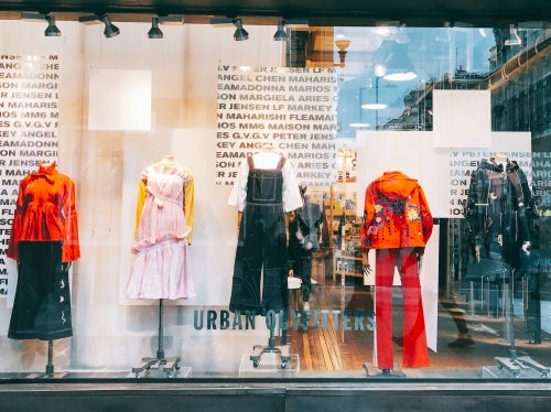 Angel Chen 2017春夏系列在伦敦牛津街上的Urban Outfitters旗舰店的橱窗中展示 | 图片来源:对方提供