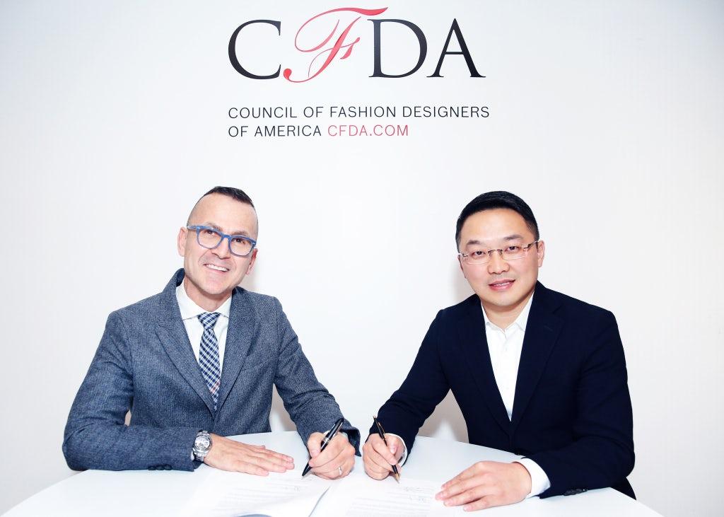 CFDA总裁兼首席执行官Steven Kolb与迅驰时尚首席执行官方涛 | 图片来源:对方提供