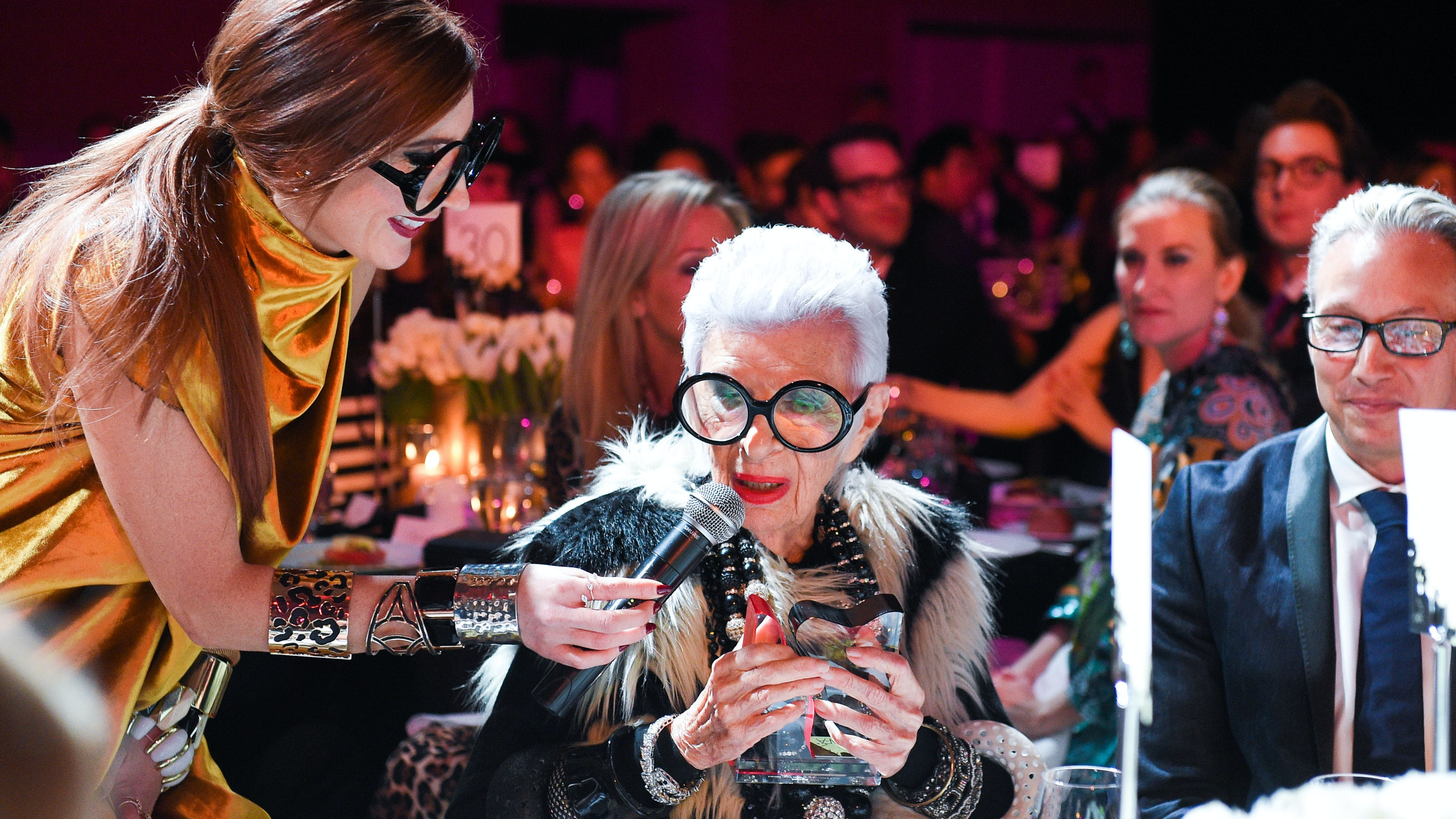 Iris Apfel accepting the  International Style Icon Award at the 2017 CAFAs. | Source: Courtesy