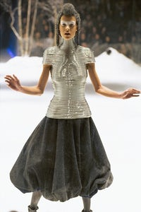 Shaun Leane's coiled corset in Alexander McQueen's 'The Overlook' (A/W'99) | Source: Catwalking.com