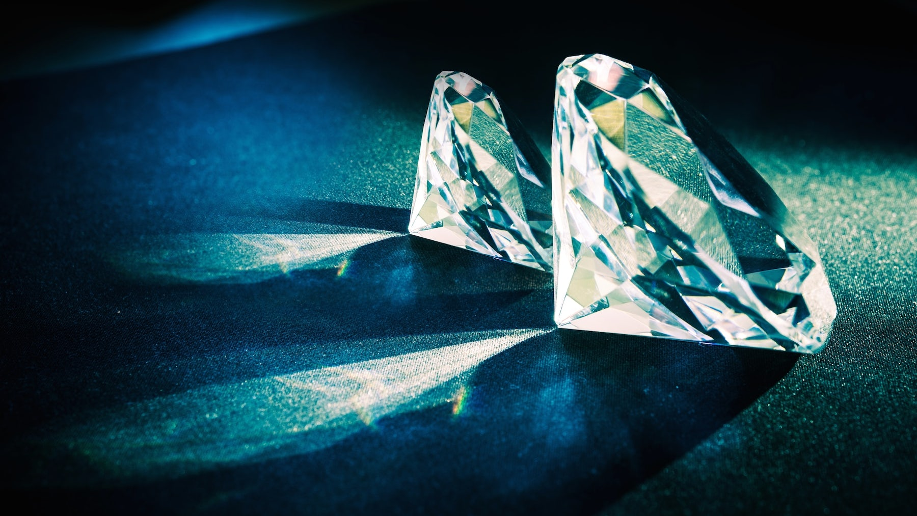 de beers diamond dilemma De beers is the world's leading diamond company we're involved in almost every stage of the diamond pipeline: exploration, mining, sorting, valuing and selling rough.