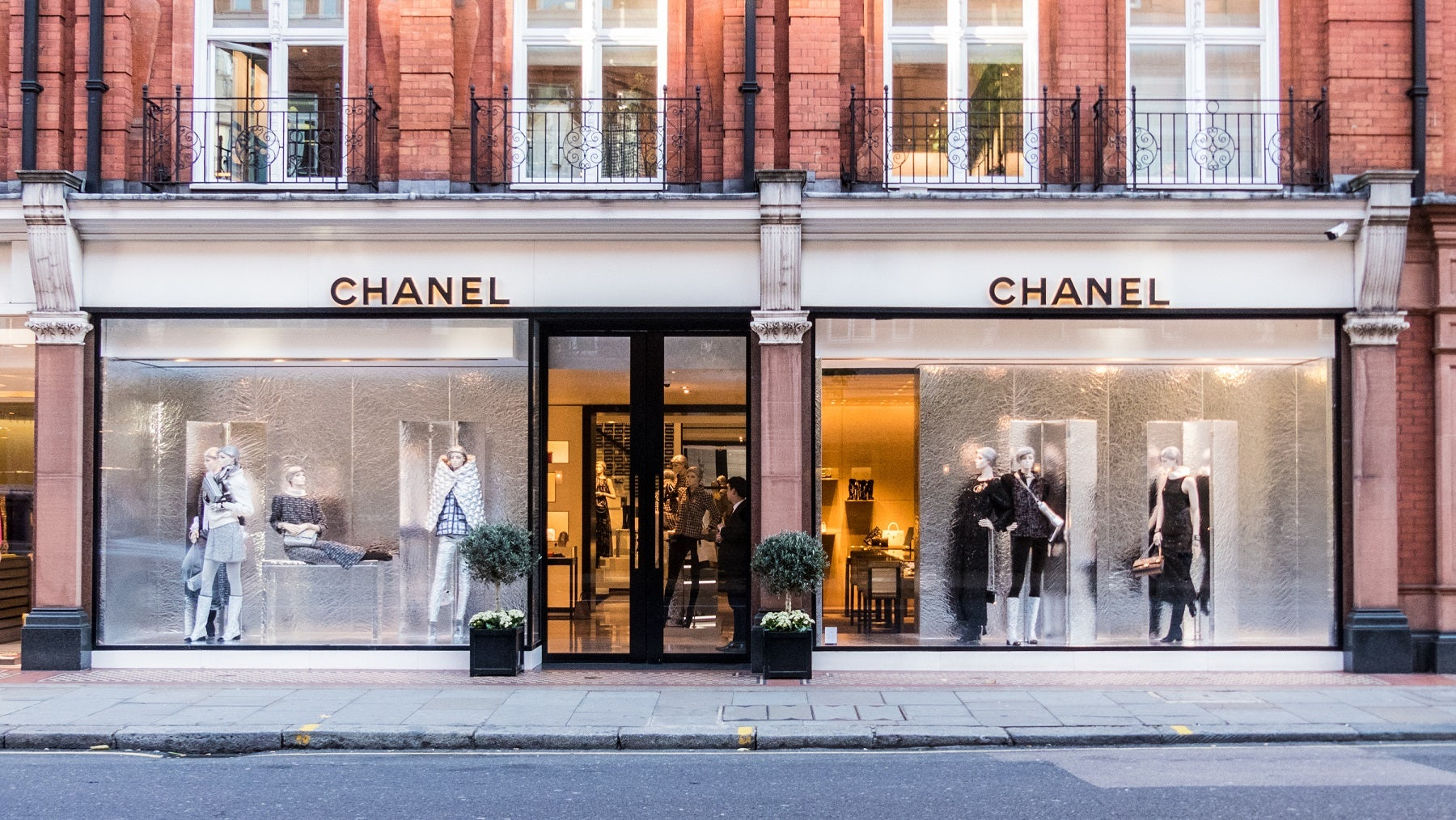 Article cover of Chanel Strikes Farfetch Deal to Augment Boutiques