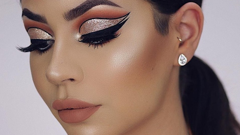 Anastasia Beverly Hills Amrezy highlighter look | Source: Facebook