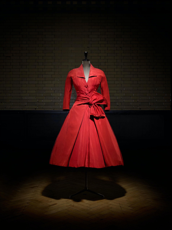 Dior Écarlate afternoon dress, Autumn/Winter 1955 Haute Couture collection | Photo: Laziz Hamani