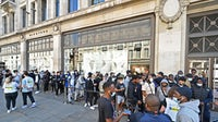 Customers queue to enter a Nike store in London | Source: Getty Images/Glyn Kirk/AFP
